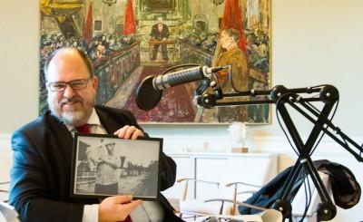 Efter intervjun visar LO:s ordförande Karl-Petter Thorwaldsson upp Francos present - en inramad bildruta från en film då han spelar en 1930-talsarbetare för Visa vägen-galan.