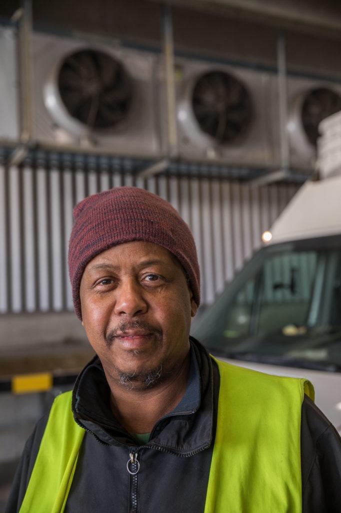 ABDIWAHAB FARAH, MEDAREBTARE PÅ SAMHALL Abdiwahab Farah gillar att köra bil i sitt arbete. Han berättar om hur noga han måste vara i tra ken och att det kan bli dyrt att glömma att spänna fast säkerhetsbältet. – Den lilla bilen är lättare att köra när det är långa köer, eftersom det är en automatbil. Den stora används oftare eftersom det oftast är väldigt mycket att frakta.