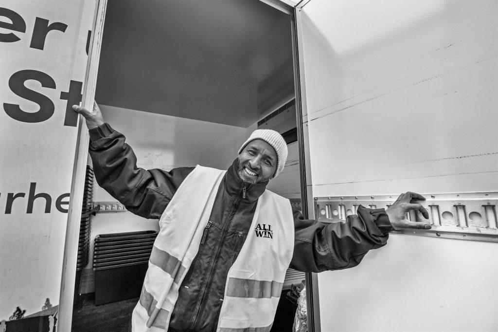 HUSSEIN KOLMIE MEDARBETARE PÅ SAMHALL Hussein Kolmie har varit på Samhall i över tio år. Han har tidigare arbetat som snickare och har nyligen börjat jobbet som hämtare för Allwin.